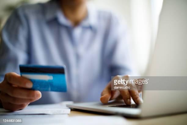 mulher comprando online usando laptop computador e cartão de crédito - devolver - fotografias e filmes do acervo