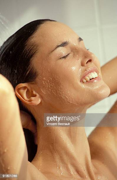 woman showering - jeune femme sous la douche photos et images de collection