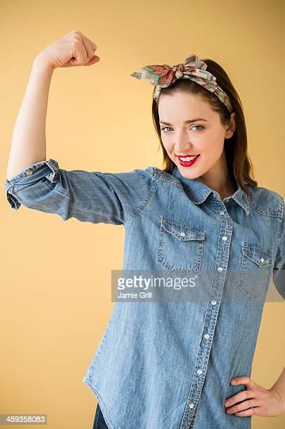 woman showing muscle - 男女の争い ストックフォトと画像