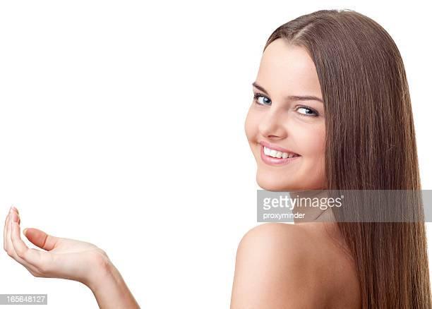 Mujer mostrando producto
