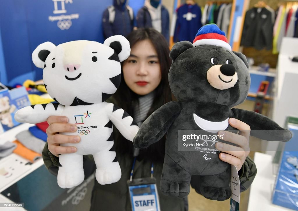 Zimske Olimpijske Igre  2018. -  Pjongčang, Južna Koreja - Page 4 Woman-shows-dolls-of-soohorang-and-bandabi-the-official-mascots-of-picture-id634222206