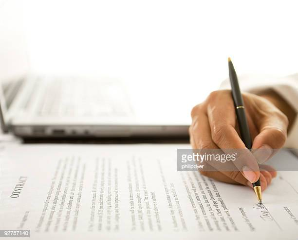 Frau Unterzeichnung Vertrag
