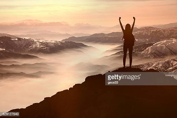 woman silhouette at sunset  on hill - bergpiek stockfoto's en -beelden