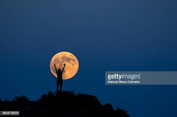 woman silhouette on the full moon - pleine lune photos et images de collection