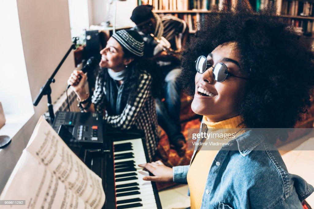 Frau singt und spielt Klavier im studio : Stock-Foto