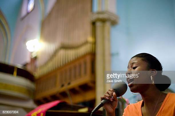 woman singing in church - ゴスペルミュージック ストックフォトと画像