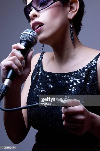 Frau singen in Micophone