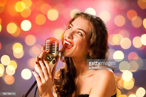 Junge Frau singen mit Mikrofon