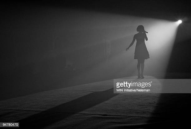 woman singing on the stage, shanghai, china - cantora - fotografias e filmes do acervo