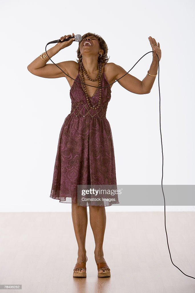 Woman singing : Stockfoto
