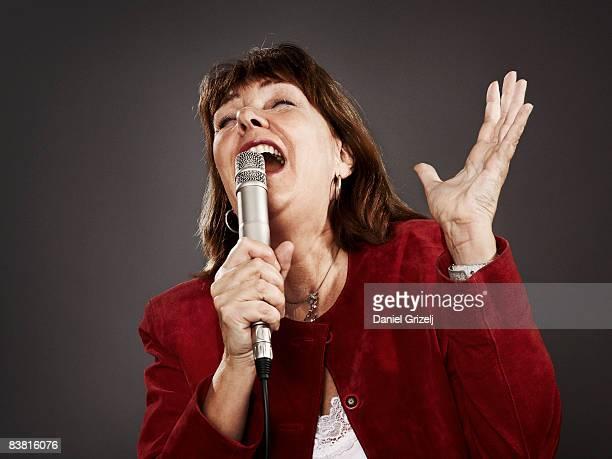 woman singing - västra götalands län stockfoto's en -beelden
