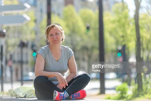 Femme se trouve dans le parc de loisirs, du centre-ville de Paris