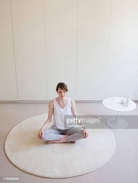 Femme assise Assis en tailleur sur tapis, le yoga