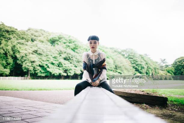 woman sitting front to face - yusuke nishizawa stock pictures, royalty-free photos & images