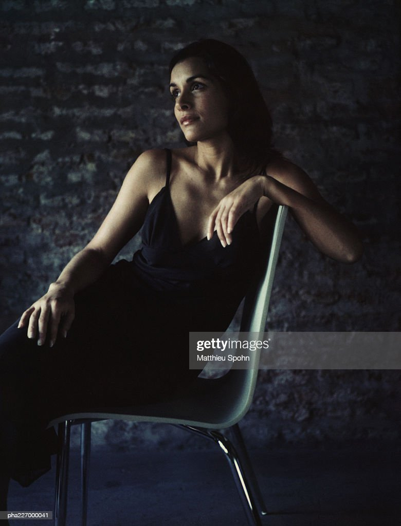 Woman sitting, head turned, portrait. : Stockfoto