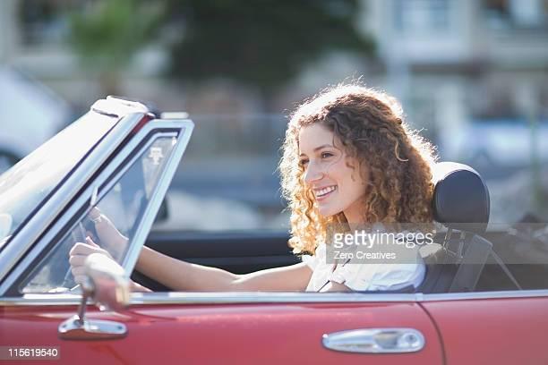 座る女性の転換車