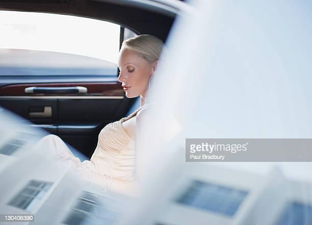 Frau sitzt in der hektischen limo