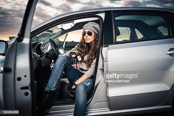 woman sitting in car - 降り立つ ストックフォトと画像