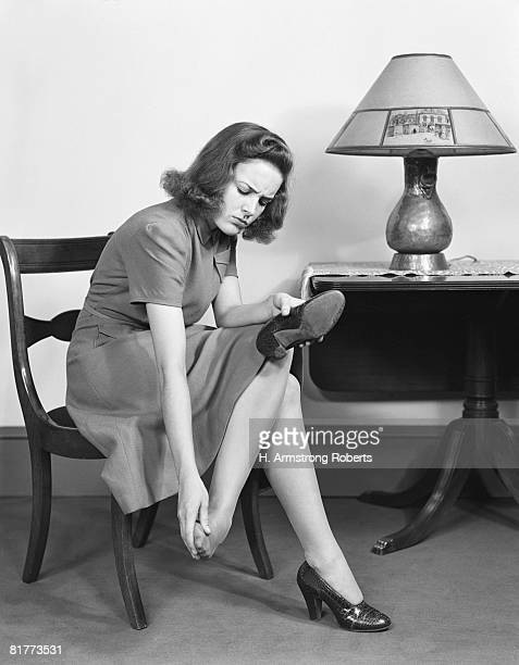 woman sitting in chair, rubbing her feet. (photo by h. armstrong roberts/retrofile/getty images) - hallux valgus photos et images de collection