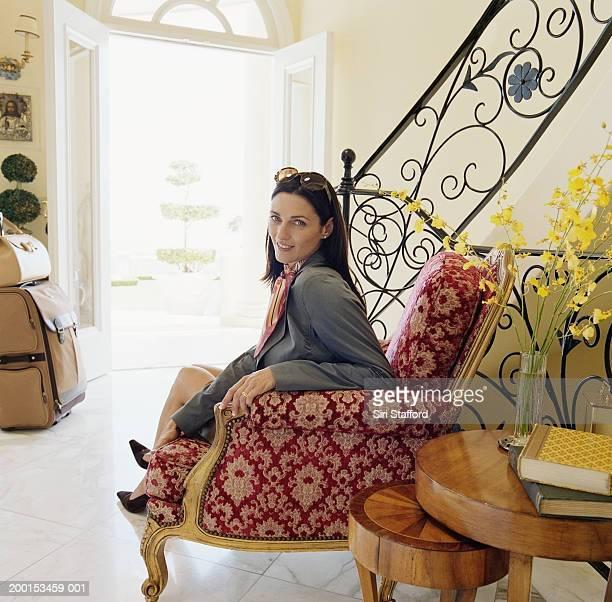 Frau sitzt in der hotel lobby, Porträt