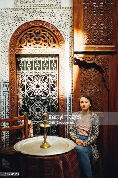 Frau sitzt in Riad in Marokko