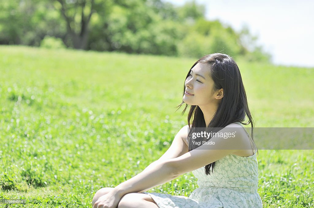 Woman sitting in the nature : ストックフォト