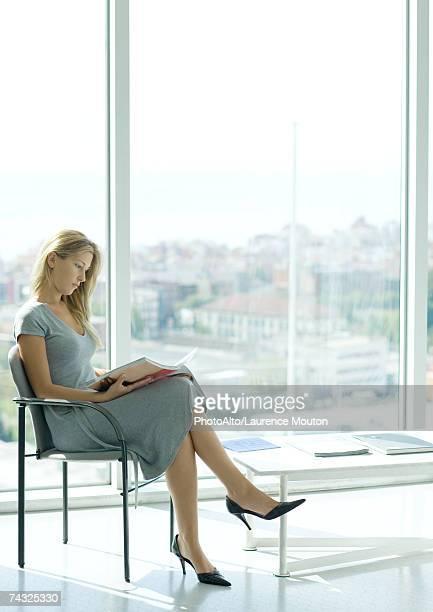 woman sitting in waiting room - endast en ung kvinna bildbanksfoton och bilder