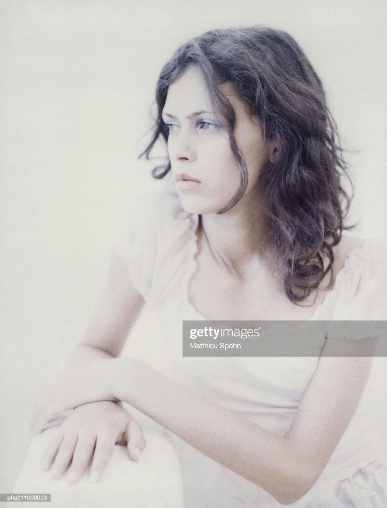 Woman sitting, looking to her right. : Stockfoto