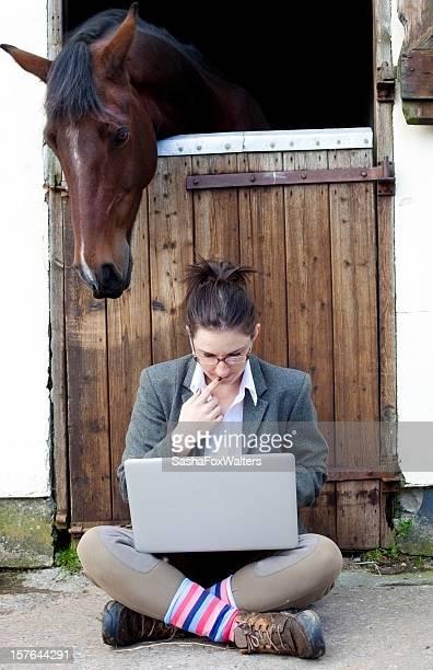 Junge Frau mit computer und Pferd