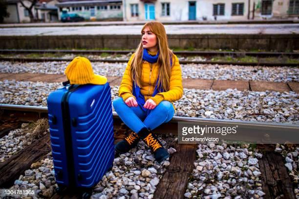 線路に座っている女性 - 絶望 ストックフォトと画像