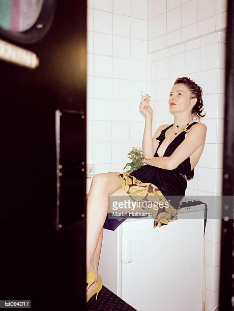 woman sitting on a refrigerator - voyeurismo fotografías e imágenes de stock