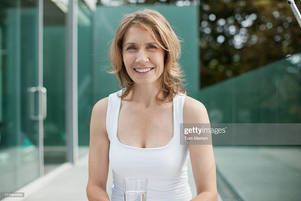 Frau sitzt auf Fitness-ball Trinkwasser : Stock-Foto
