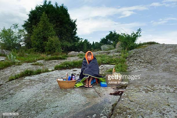 woman sitting on rock at rain - pluie humour photos et images de collection