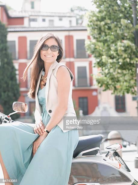 Mujer sentada en motoneta