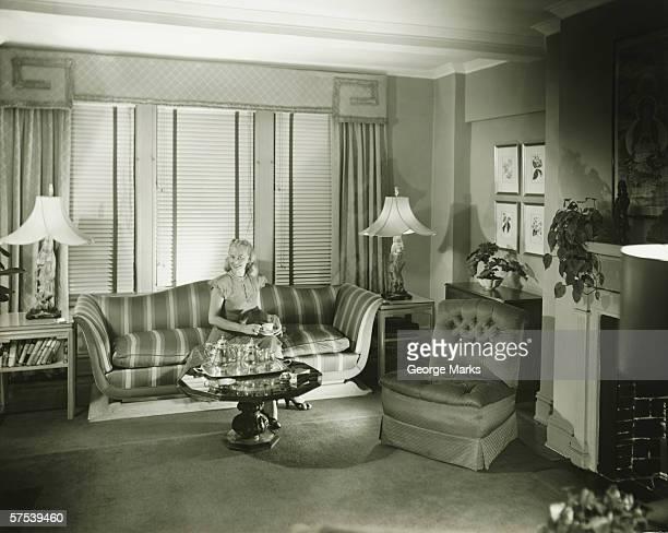 Frau sitzt auf sofa im modernen Wohnzimmer (B & W