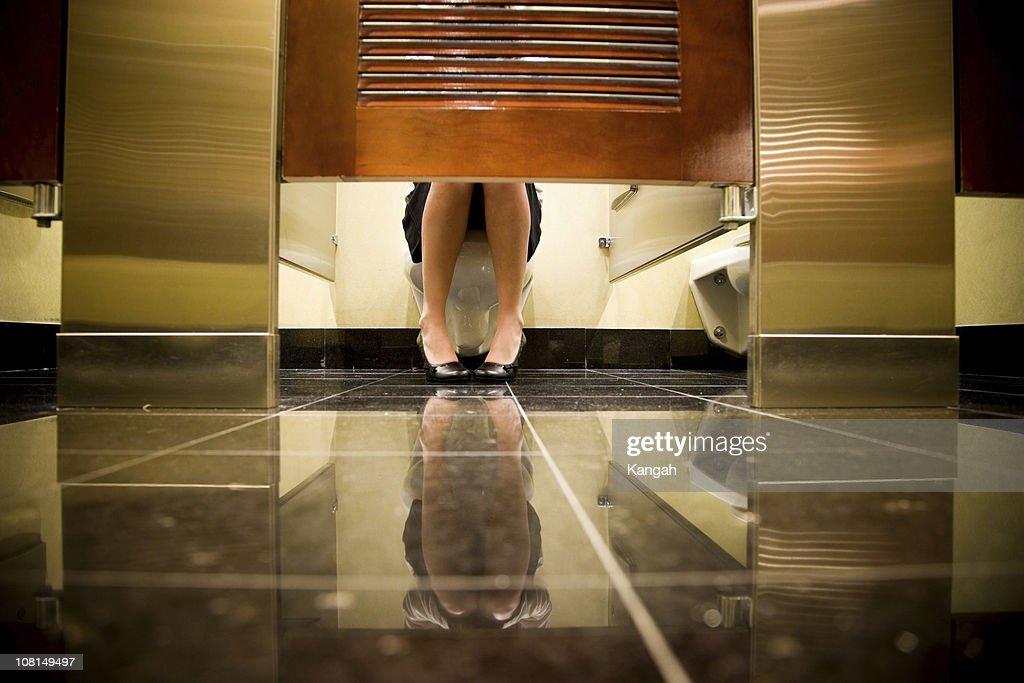 Mulher sentada na sanita : Foto de stock