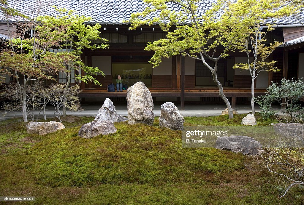 Woman sitting on veranda at Kenninji Temple : Foto stock