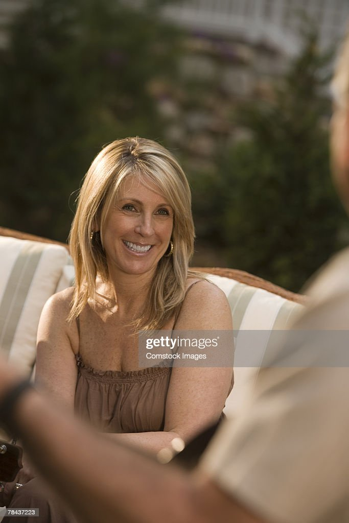 Woman sitting outdoors : Stockfoto