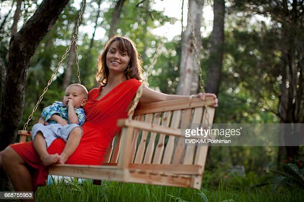 woman sitting with boy (18-23 months) on bench - 18 23 meses fotografías e imágenes de stock