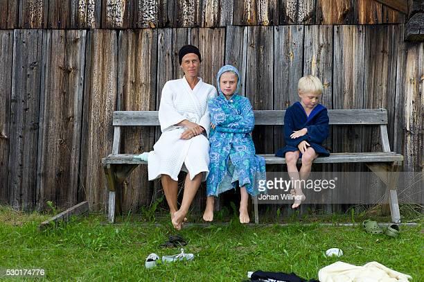 woman sitting with children on bench - レクサンド ストックフォトと画像