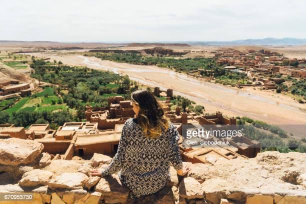 Femme assise avec vue sur Ait Ben Haddou Casbah