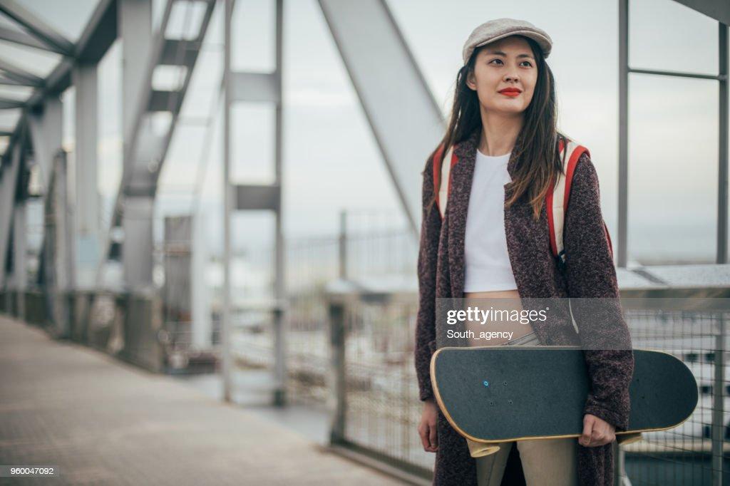 Vrouw schaatser buitenshuis : Stockfoto