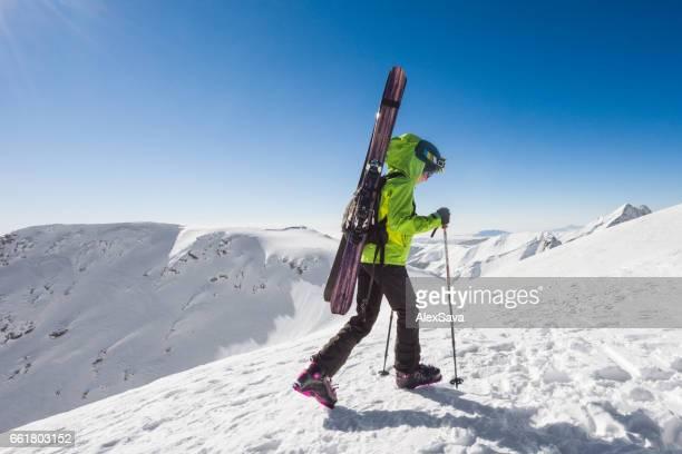山の頂上に女性スキーツアー