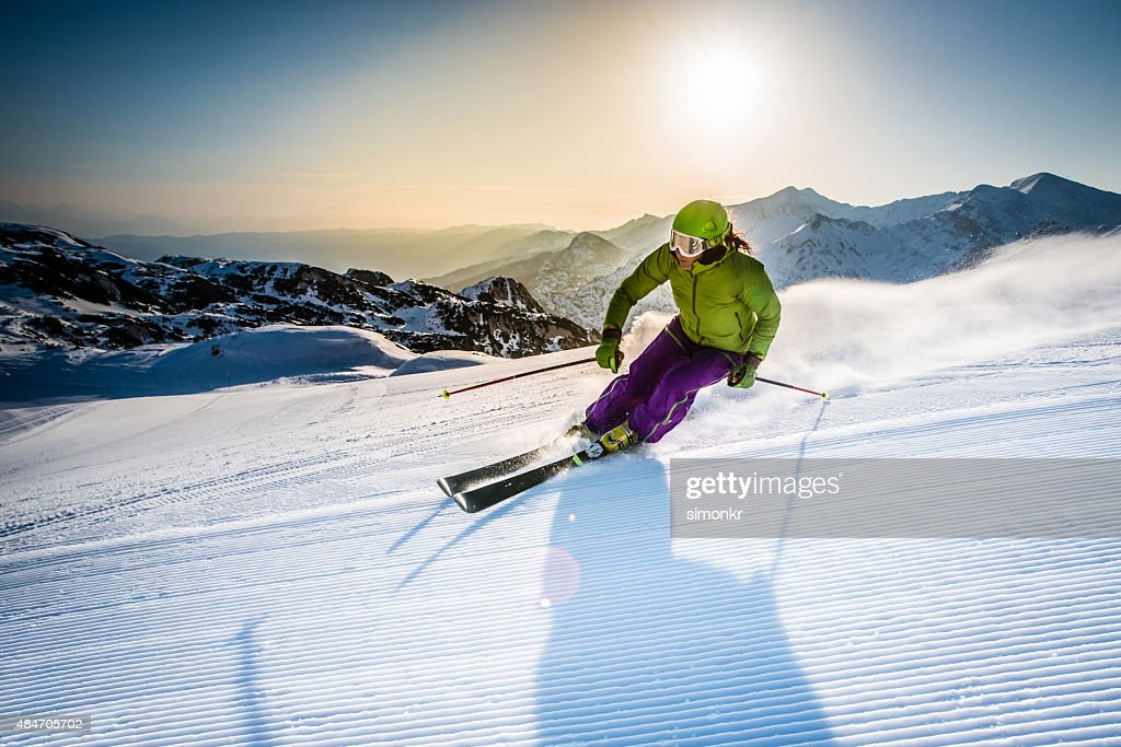 Woman skiing downhill : Stockfoto
