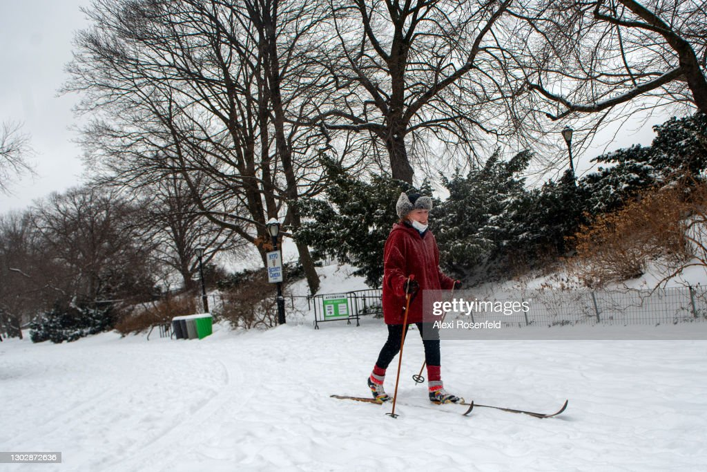 New Yorkers Revel During Second Snow Storm Of The Week For The City : News Photo