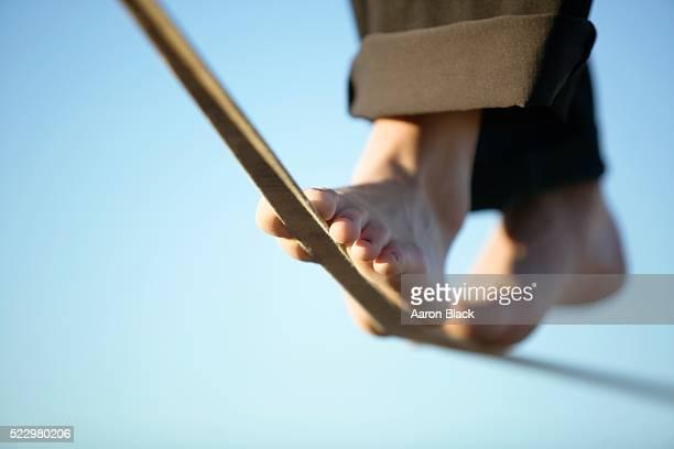 woman slacklining in bare feet - 綱渡りのロープ ストックフォトと画像