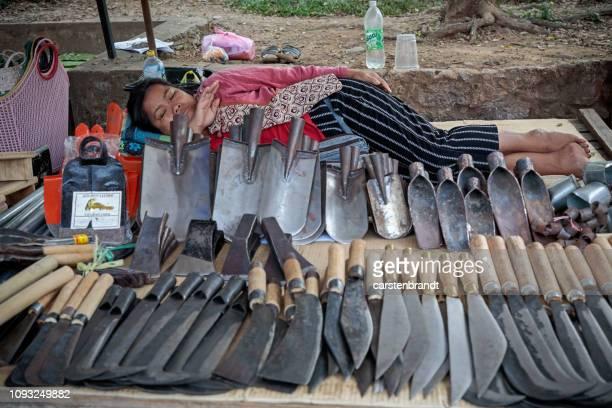 Vrouw slapen in een ijzerhandel