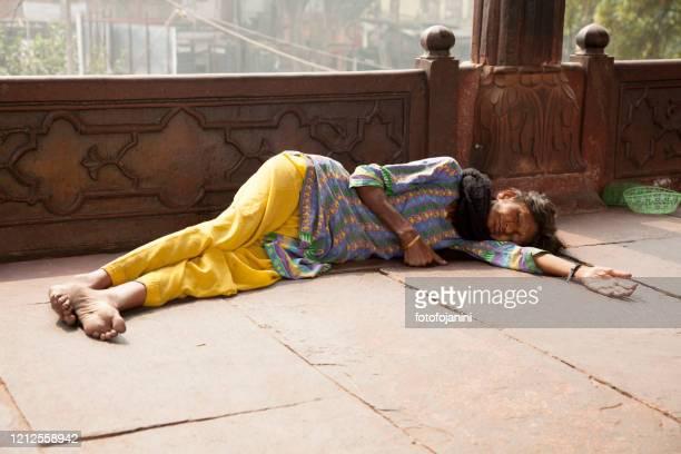 ジャマ・マスジド・モスクニューデリーで眠っている女性 - fotofojanini ストックフォトと画像