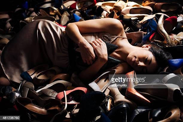 donna che dorme su tacchi alti - scarpe foto e immagini stock