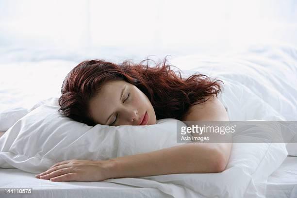 mujer durmiendo - acostado boca abajo fotografías e imágenes de stock